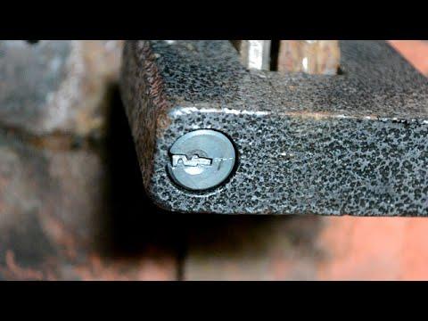Как вытащить сломанный ключ из замочной скважины навесного замка