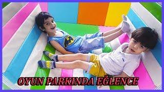 Efe ile Kerim eğlence merkezinde oyuncaklarla top havuzuyla oynadılar Eğlenceli Çocuk Videosu