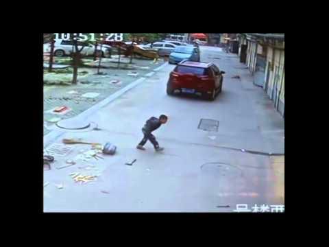 Un niño de 6 años sobrevive al atropello de una furgoneta en China