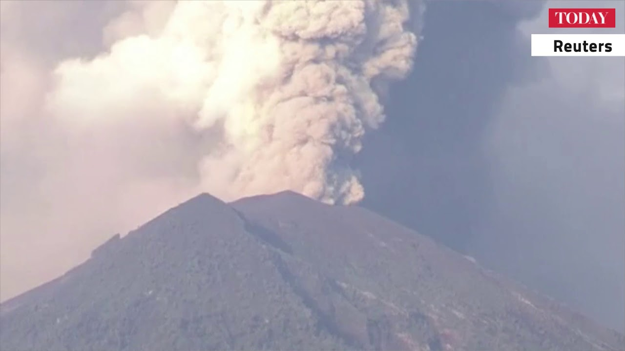 Mount Agung eruption shuts Bali airport for second day