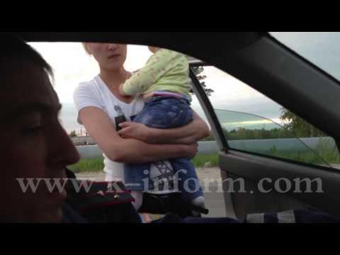 Неадекватная автоледи с грудным ребенком.
