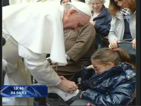 Due fotografie di Papa Francesco che resteranno storiche.