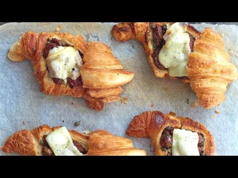 Рецепт от Гордона Рамзи - Круассаны с колбасками Меркез и сыром Фонтина