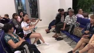 Nhóm bạn trẻ năng động ngẫu hứng chơi đàn violon tại sân bay vì trễ chuyến