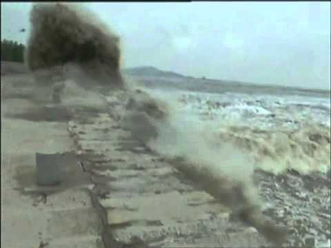 Spectacular tidal bores surge in Qiantang River