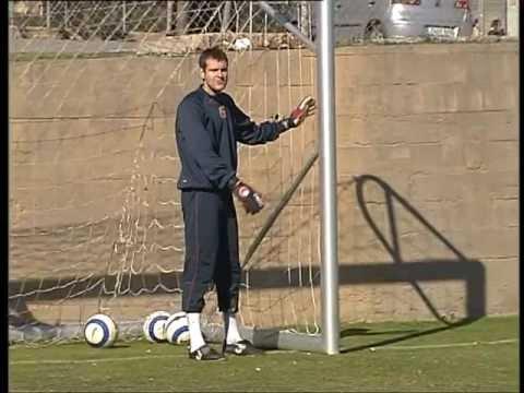 FC BARCELONA - VICTOR VALDES SOCCER LESSONS (1/4)