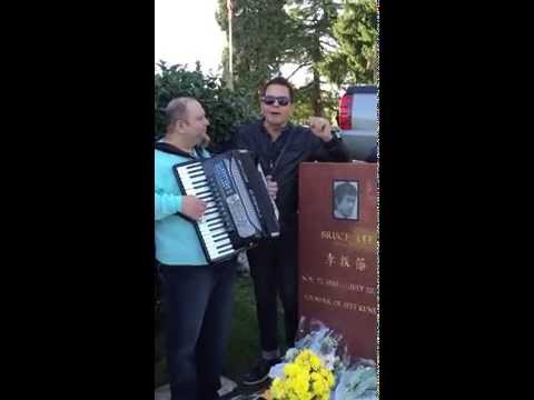 Jean Canta La Mormantul Lui '' Bruce Lee '' Idolul Sau Din Copilarie In Seattle Washington video