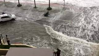 Ressaca do mar invade a cidade de Santos