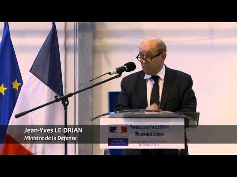 Visite du ministre de la Défense, Jean-Yves Le Drian, sur la base de Défense (BdD) d'Orléans-Br