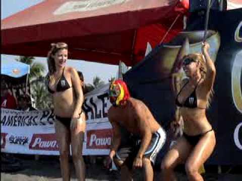 Edecanes de un torneo de surfing en Boca de Pascuales, Colima