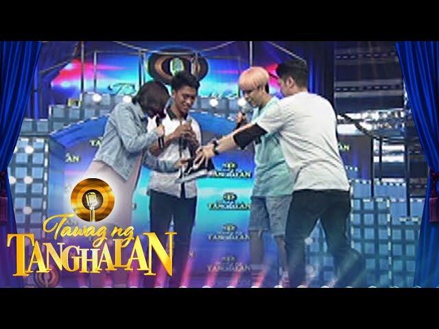 Tawag ng Tanghalan: Vhong gives his shoes to Clayton