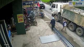 Camera quan sát ghi lại hình ảnh tai nạn kinh hoàng khi qua đường.