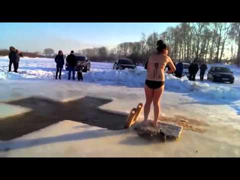 девушка боится нырять в прорубь - the girl is afraid to dive into an ice-hole