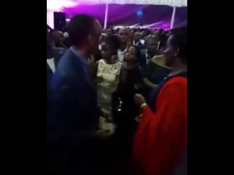 Wakurya wakimpa kibano mama.(11)
