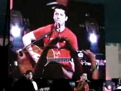 Boyce Avenue - Bleeding Love (Funny Version - Live at SM North Edsa) CLEAR