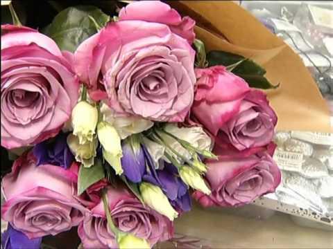 Флористы готовят букеты к 8 марта