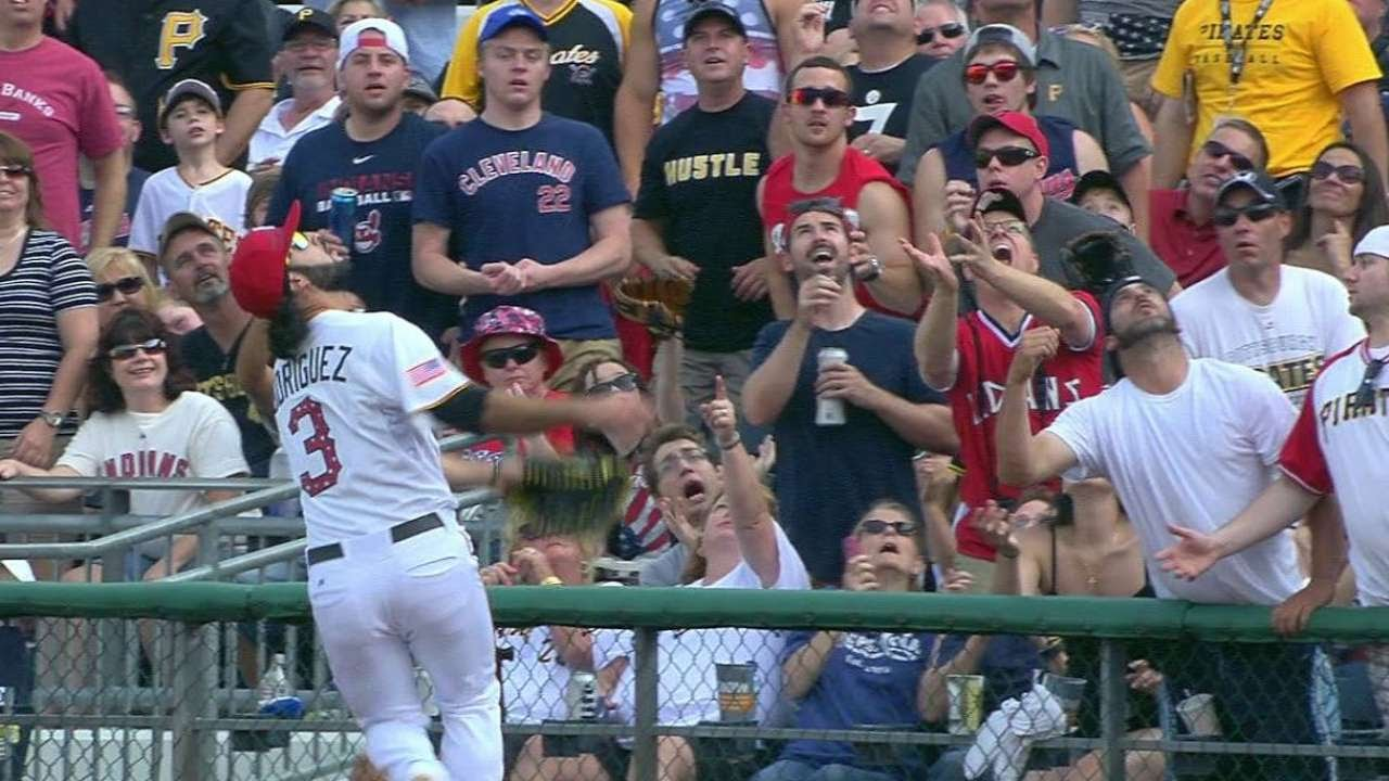 CLE@PIT: Rodriguez ranges to make a catch