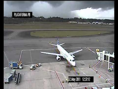 Rayo impacta avión en tierra...