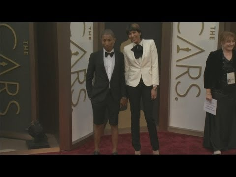Oscars 2014: Pharrell Williams wears shorts on the Academy Awards red carpet
