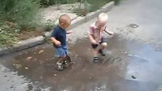 Приколы с детьми /  Дети жгут / Дети в лужеТанцы в луже