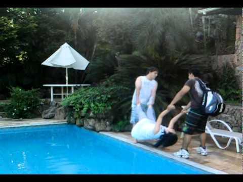 Yu sendo jogada na piscina