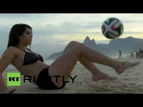 فيوريلا كاستيلو تعرض مهاراتها بكرة القدم