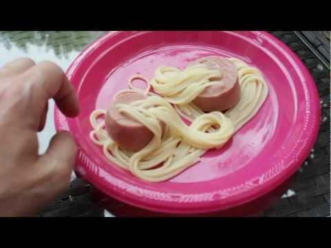 Espaguetis dentro de salchichas. Pasta para fiestas