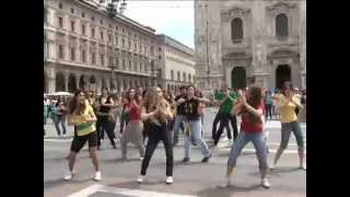 Flash mob Waka Waka This Time For Africa) Shakira in Piazza Duomo a Milano Уличный танец девушек