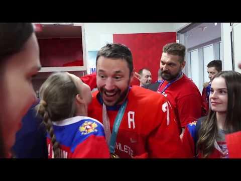 Родные и близкие хоккеистов в чемпионской раздевалке