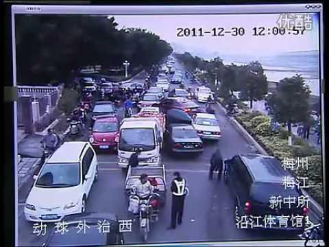 Китайский водитель оставляет разрушительный след уходя от полиции