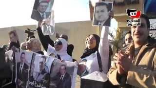 تجمع أنصار مبارك أمام مستشفى المعادي العسكري قبل النطق بالحكم