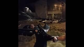 大洪水で非難に遅れて取り残された車に乗った女性を自らの危険を省みず救助