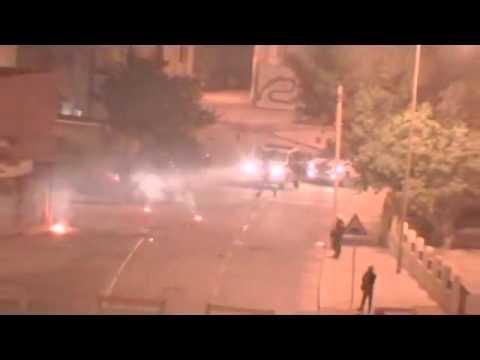 البحرين الشرطة ترمي الزجاجة الحارقة المولوتوف  Bahrain police