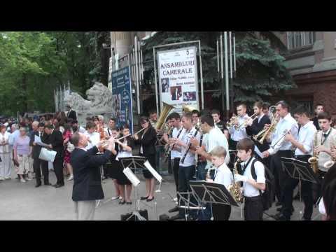 Cînta orchestra lîngă primărie