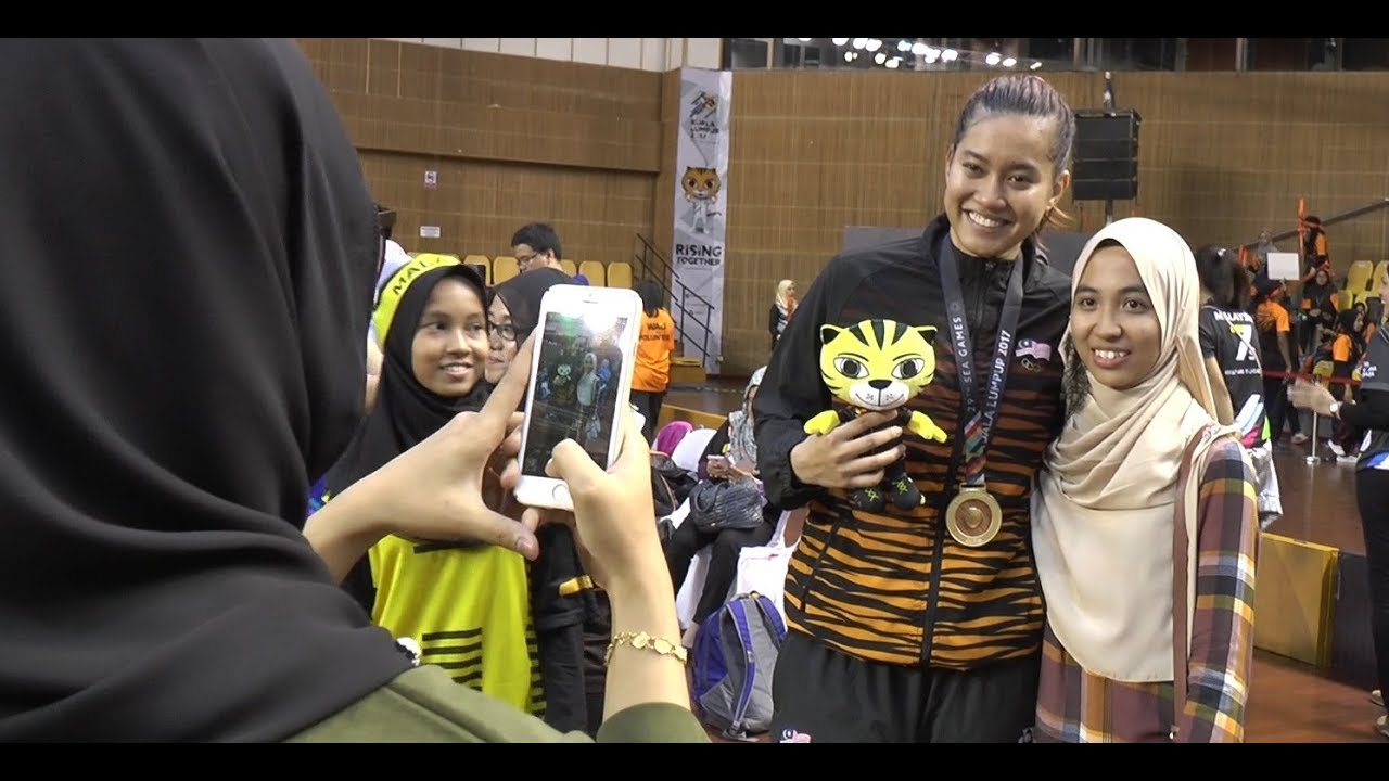 Malaysian netball team fulfils all requests from fans after final