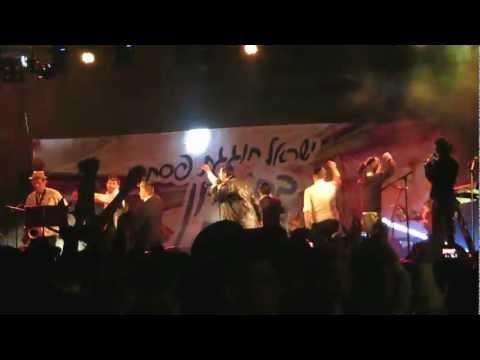 ליפא שמעלצר בהופעה בחברון בחול המועד פסח מגניב!!!!!
