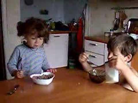 Видео как едят дети