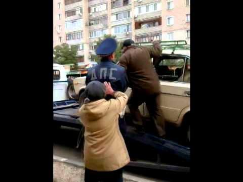 Саратовцы встали на защиту автомобиля пенсионеров от эвакуатора и ДПС