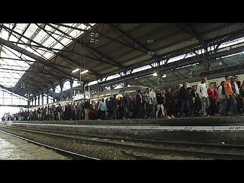 French rail workers vote to continue strike for seventh day