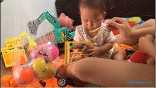 Em bé ăn bột chơi máy xúc , máy ủi, trứng đồ chơi ❤ Ánh Duyên Tv ❤