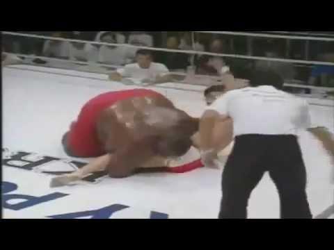 Сумоист против маленького боксера