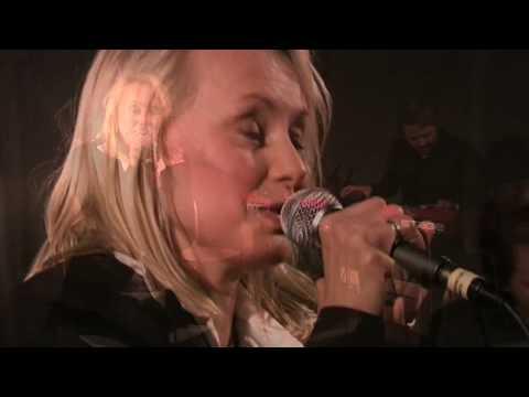Louise Hoffsten sjunger låten Komposten