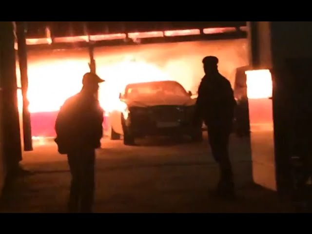Momento en el que el fuego devora coches por un valor de 3 millones de dólares