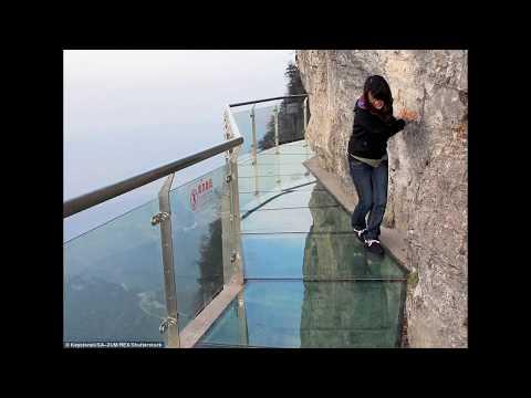 В Китае под ногами туристов начал трескаться стеклянный мост