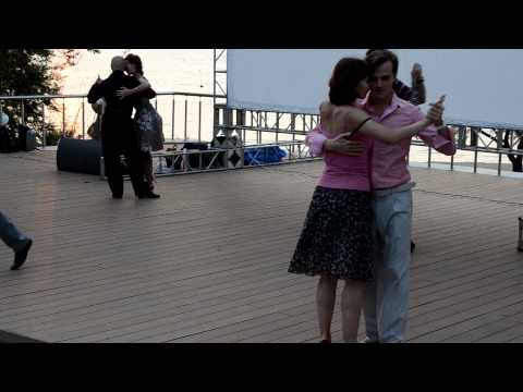Танго на верхней площадке Спортивной набережной