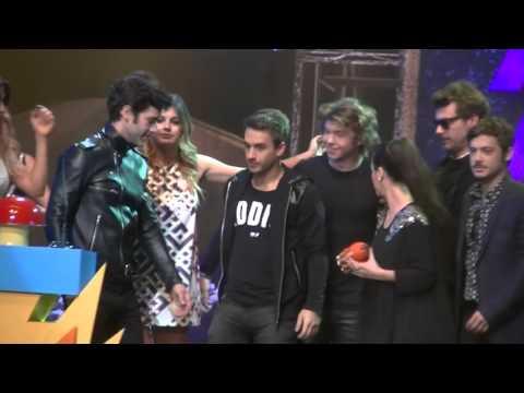 Tomados de la manito, Lali Espósito y Mariano Martínez recibieron un premio: videos