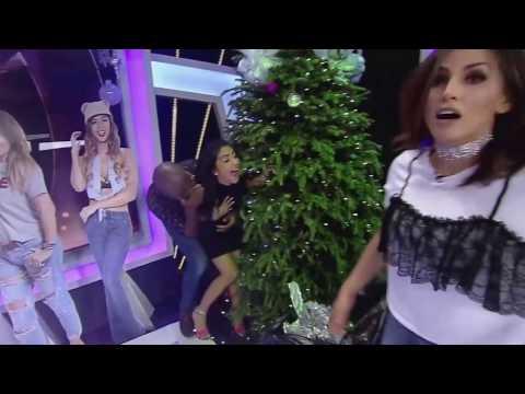 empujan a presentadora de tv y cae sobre arbol de navidad (SE MOLESTÓ)!!