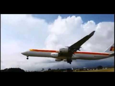 Espectacular y Milagroso Aterrizaje de un avión de Iberia en Costa Rica a pocos metros de los coches