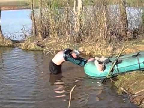 мужик в лодке рыбачит