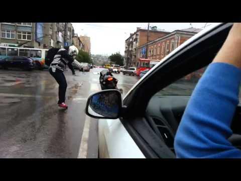 Мотоциклист танцует на светофоре